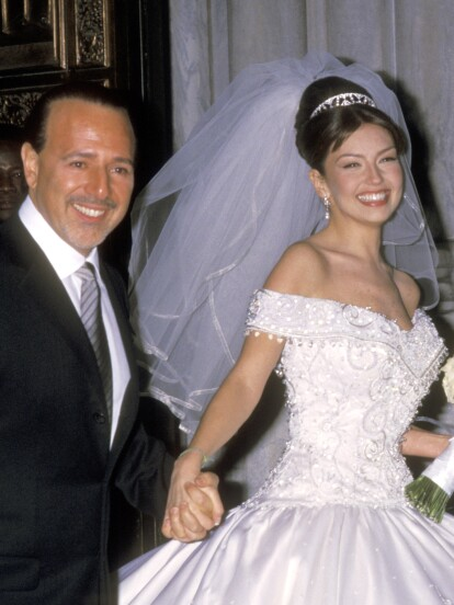 En una espectacular boda, el 2 de diciembre del año 2000, Thalía contrajo matrimonio con el productor Tommy Mottola en el distrito de Manhattan, en Nueva York. Sin embargo, a dos décadas del enlace, el vestido de novia que usó la actriz sigue siendo recordado por la majestuosidad con el que fue confeccionado. A continuación, te contamos los secretos de esta famosa prenda.
