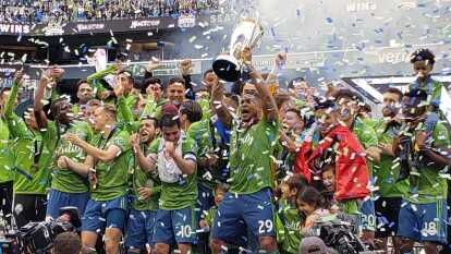 El Seattle Sounders festeja su segundo título de la MLS, ambos ante el Toronto FC, el primero en casa.