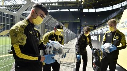 ¡Así fue el regreso de la Bundesliga tras el coronavirus! | Se extremaron las medidas sanitarias para garantizar la continuidad del máximo circuito alemán. | Los balones fueron sanitizados para afianzar las medidas sanitarias.