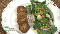 Ensalada de espinacas con tortitas de plátano macho y amaranto
