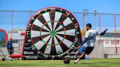 El equipo divido en seis grupos realiza ejercicios de coordinación, carreras de relevos, actividades con pelotas y anillos y, lo mejor, ¡un tiro al blanco gigante!
