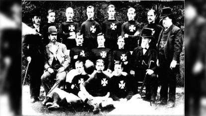 Se funda el St. Mark's (West Gorton). Esta es una foto de la plantilla en 1884.