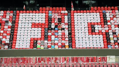 En el regreso del futbol a Colonia, el club hizo un peculiar mosaico con playeras y bufandas en la tribuna para alentar a su equipo, simulando a la afición.