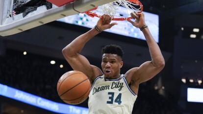 Milwaukee Bucks firma su racha victoriosa con 28 puntos de ventaja antes los Clippers a pesar de tener a Antetokounmpo y Khris Middleton en la banca. Su récord es de 20-3 y siguen liderando la lista.