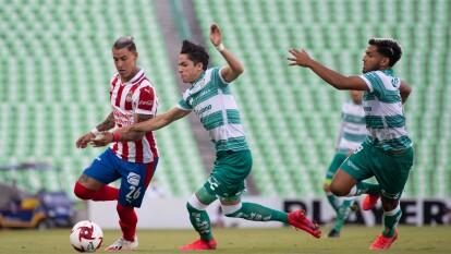 Santos arranca con la batuta en el partido y en todos los desbordes de las Chivas los Guerreros se quedan con el esférico.