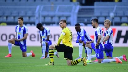 Jugadores del Borussia Dortmund y Hertha Berlín se hincaron previo al partido, como gesto de protesta por los actos racistas en el mundo y el asesinato a George Floyd. Este protocolo se llevó a cabo en distintos escenarios de la Bundesliga durante la Fecha 30.