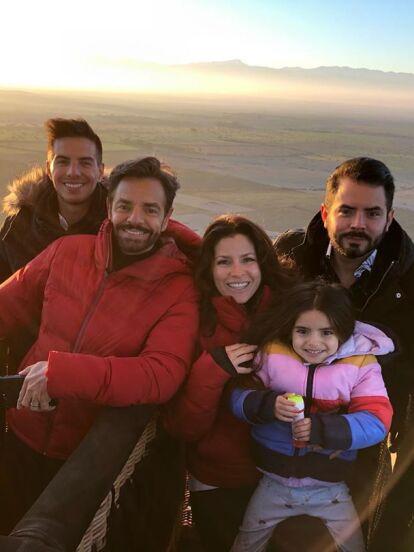 Vadhir Derbez cumple 29 años este martes 18 de febrero, por lo que la familia Derbez le envió peculiares felicitaciones, que incluyeron cómicas bromas e incluso su papá, Eugenio Derbez, le mandó serenata.