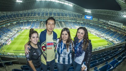 Seguidores de Rayados y Águilas apoyan a tope para la Final de ida de la Liga MX.