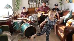 """Ve como esta """"Kids band"""" y su papá tocan covers de músicos como The Beatles y Pearl Jam"""