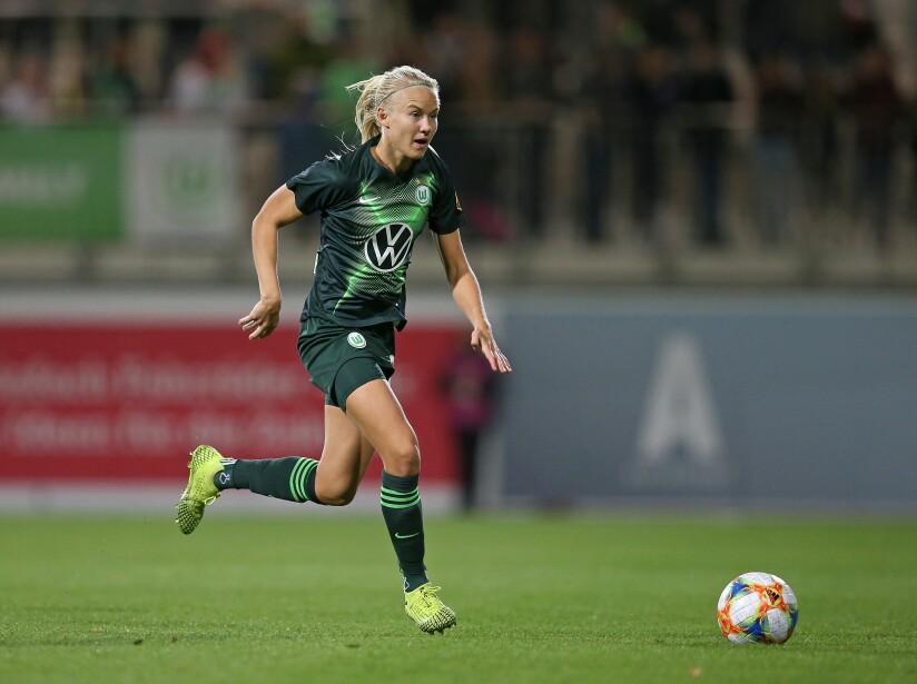 VfL Wolfsburg v Twente Enschede - UEFA Women's Champions League Round of 16: First Leg