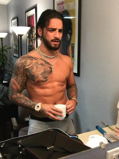 Parece que Maluma disfruta mucho quitándose la camisa.