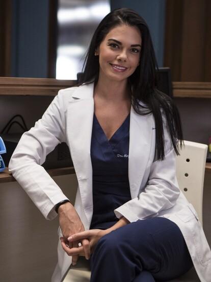 Livia Brito interpreta a 'Regina Villaseñor', médico con especialidad en urgencias. Es una mujer entregada a su trabajo, es empática con sus pacientes y nunca se cansa de luchar por salvar la vida de alguien.