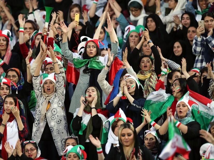 Mujeres iraníes acuden al estadio para el Irán vs Camboya