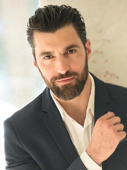 Osvaldo de Leon dará vida a 'Luis Guzmán', un periodista que buscará desenmascarar a 'Catalina Creel' en la nueva versión de 'Cuna de lobos'. La serie forma parte del proyecto Fábrica de sueños, el cual reinventará algunas de las telenovelas más populares de Televisa.