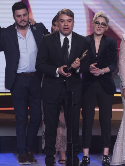 El productor Reynaldo López recibió la preciada estatuilla (FOTO: Televisa)