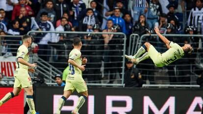 Luis Fuentes festejó a su estilo el gol que le otorgó la victoria al América en su visita al 'Gigante de Acero'.