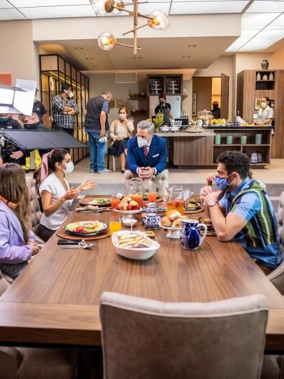 Los actores Mayrín Villanueva y Alexis Ayala iniciaron con las grabaciones de la telenovela 'Si Nos Dejan', producción de Carlos Bardasano. A continuación, te compartimos las primeras imágenes.