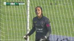 ¡La saca con las uñas! Itzel González hace un atajadón para evitar el 2-0
