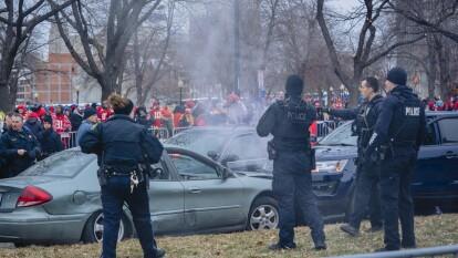 Instantes antes del desfile en Kansas City, Missouri, donde la gente ya espera a los Chiefs, se presentó una persecución que tuvo éxito.