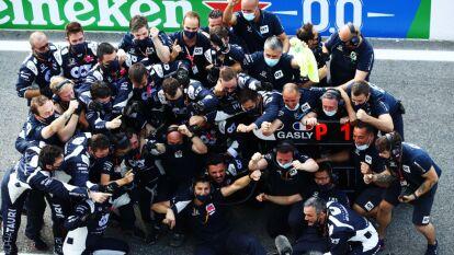 Una carrera increíble donde Mercedez Benz no tiene presencia. El francés Pierre Gasly comparte podio con Carlos Sainz y Lance Stroll. Sergio Pérez quedó en 10ma posición en este Gran Premio de Italia.