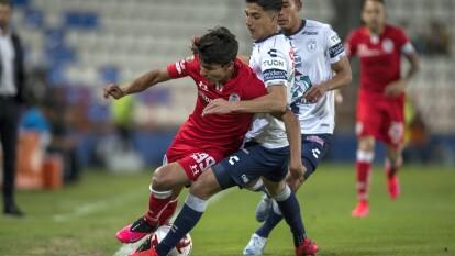 El conjunto de toluca empieza el juego a la ofensiva con Juan Gamboa tratando de quitarse la marca del jugador de Pachuca Kevin Álvarez.