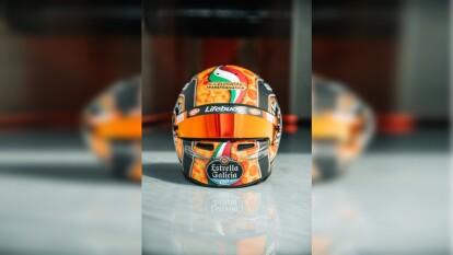 El piloto de McLaren dio a conocer un nuevo diseño en su casco y la pizza se adueña completamente de la equipación del inglés.