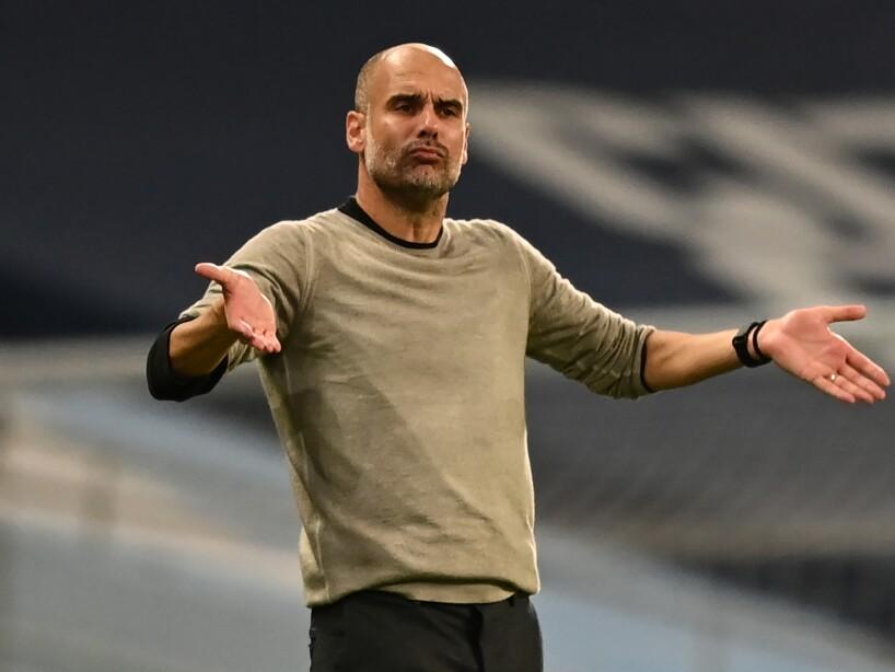 Pep Guardiola con las manos abiertas quejándose