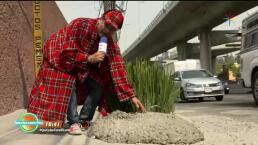 Mezcla de concreto tirado en el asfalto