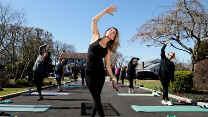 Tras la emergencia del coronavirus, Jamie Benedik organizó clases de fitness a puerta abierta en Long Island. Los asistentes tomaron la sesión conservando una distancia prudente entre ellos.