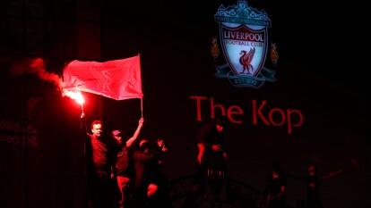Con mucha euforia y pasión, así celebraron los aficionados del Liverpool su primer título de Premier League, tras romper sequía de 30 años sin ganar el título de Liga en Inglaterra.