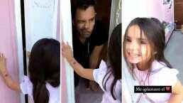 Eugenio Derbez se divierte con Aitana jugando dentro de su casita de muñecas