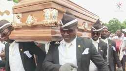 Este es el ritual funerario REAL que dio origen el meme donde 4 hombres africanos cargan un ataúd mientras bailan