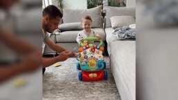 Ahora que tendrá un hermanito, Noah, el hijo de 'Chicharito' Hernández, ya dio sus primeros pasos