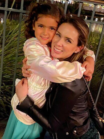 Jacky Bracamontes celebró el cumpleaños número seis de su hija Carolina con una íntima fiesta y con la ausencia de Martín Fuentes, quien tuvo que dejar Miami para cumplir con algunos compromisos de trabajo.