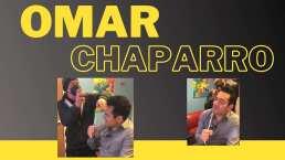Omar Chaparro se puso a cantar mientras lo peinaban y se inspiró tanto, que hasta su estilista se unió a la interpretación
