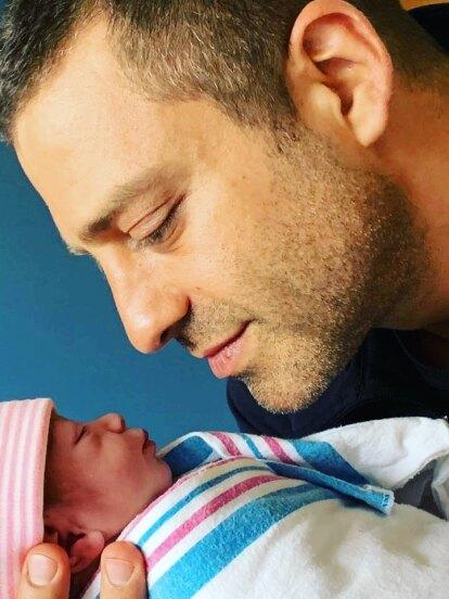 Desde que Ari Borovoy y Arlett Kalach se convirtieron en padres por cuarta ocasión han inundado las redes con fotos de su hija Mila, quien esta ocasión robó miradas por sus ojos y por el enorme parecido con su madre.