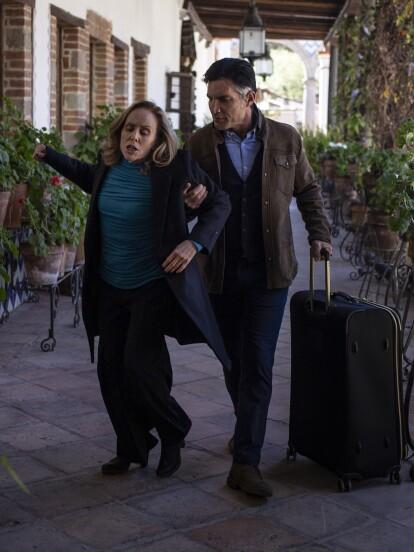 """En """"Quererlo Todo"""", 'Leonel' está decidido a llevar a 'Minerva' a un centro de rehabilitación tras encontrarla bebiendo perfume en su desesperación."""