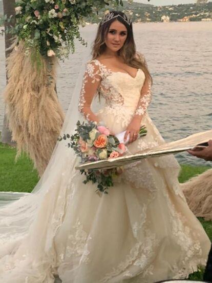 Dulce María se casó con Paco Álvarez el pasado sábado 9 de noviembre en una íntima ceremonia en Tequesquitengo, Morelos, luego de tres años de relación.