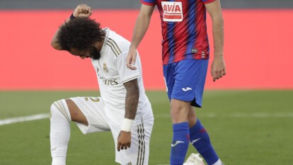Tras un golazo, el defensor del Madrid se arrodilló en el césped, bajó la mirada y alzó el puño al cielo en señal de protesta contra la violencia racial.