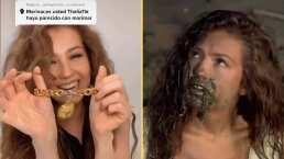 """""""¿Se me quedó la Costeñita adentro?"""": Como Marimar, Thalía se encuentra costosa cadenita en el fango"""