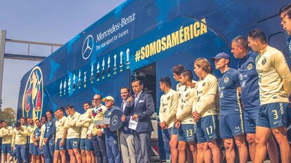 Con la presencia del todo el cuadro del primer equipo del América, se presentó el nuevo transporte del equipo.