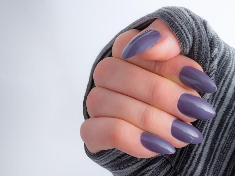 Colores oscuros para lucir uñas fabulosas en verano