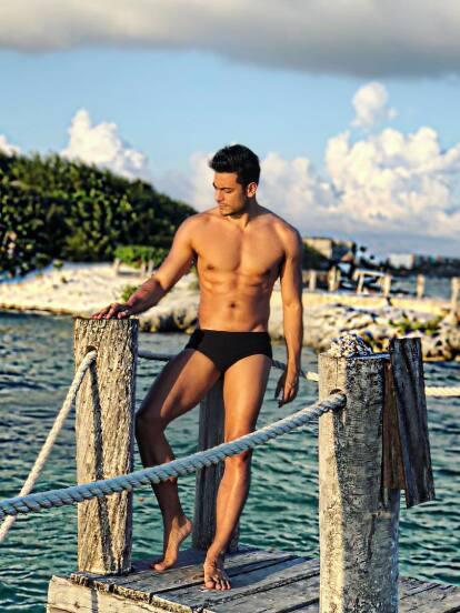Con estas fotos en muy poca ropa, Carlos Rivera se volvió tendencia en redes sociales