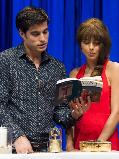 Los protagonistas de Hijas de la luna, Michelle Renoud y Danilo Carrera participaron en la ceremonia religiosa que realizó previo al gran estreno.