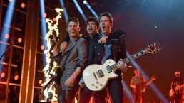 Joe Jonas canta con sus fans afuera de su hotel