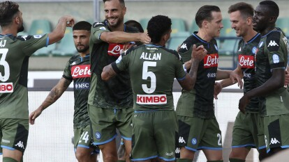 El Napoli le pegó al Hellas Verona 0-2 con goles de Milik e Hirving 'el Chucky' Lozano, quien jugó seis minutos.