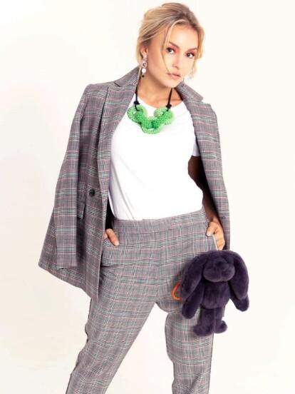 Este traje con estampado tweed en tonos grisáceos es perfecto para combinar con una playera o camisa en tonos claros.