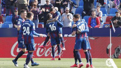 Levante venció 2-0 al Leganés en La Liga. Los de Javier Aguirre sólo han sumado 18 unidades y permanecen en zona de descenso. Rubén Rochina (20') y Roger Martí (28') anotaron los goles para el equipo de casa. Leganés recibirá a Betis la siguiente jornada.
