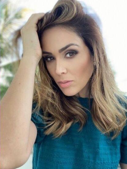 Jacqueline Bracamontes comenzó su carrera como modelo en revistas de moda juveniles y en comerciales en su natal Guadalajara. Sin embargo, su vida cambió cuando Lupita Jones la vio en la portada de una publicación.