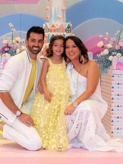 Alaïa, la hija de Adamari López y Toni Costa, cumplió 5 años el pasado 3 de marzo y tras festejar con sus compañeros de la escuela, la actriz y el bailarín profesional le organizaron una gran fiesta.